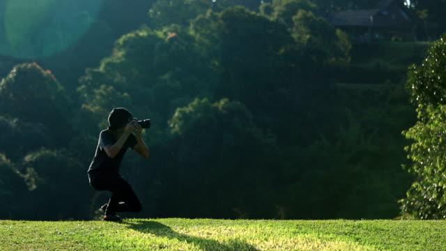 Fotograf in Aktion mit Natur-Hintergrund