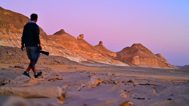 fotograf i fantastiska rock och sanddyn i vita öknen sahara, egypten - bergsvägg bildbanksvideor och videomaterial från bakom kulisserna