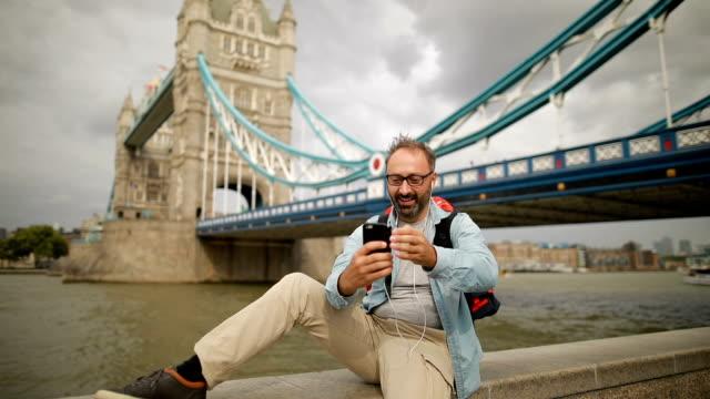 vídeos de stock e filmes b-roll de photographer in london - só um homem maduro