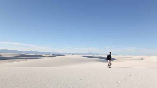 vídeos y material grabado en eventos de stock de photographer in sand dunes - monumento nacional