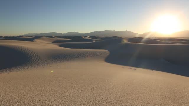vídeos de stock e filmes b-roll de photographer in sand dunes - câmara à mão