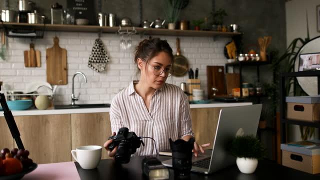 vidéos et rushes de photographe dans le studio travaillant sur le nouveau projet - photographe