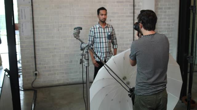 vídeos de stock, filmes e b-roll de fotógrafo, fazendo o retrato de jovem - fotógrafo