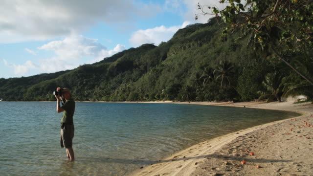 vidéos et rushes de photographer on the beach - île d'huahine