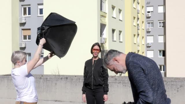美しい女性を屋外で撮影する写真家 - 絵画モデル点の映像素材/bロール