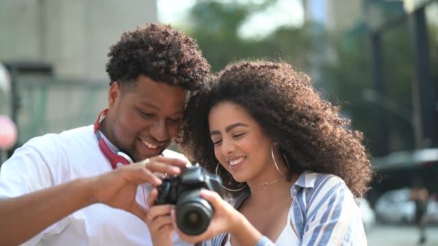 vídeos de stock, filmes e b-roll de fotógrafo, mostrando uma foto para o namorado - fofo descrição geral
