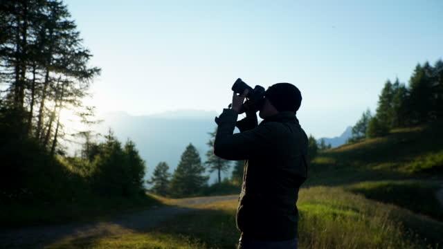 夕暮れ写真を撮る写真家 - 撮影点の映像素材/bロール