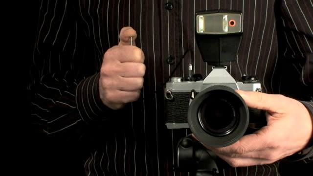 fotograf nimmt fotos mit alten kamera - kamera blitzlicht stock-videos und b-roll-filmmaterial