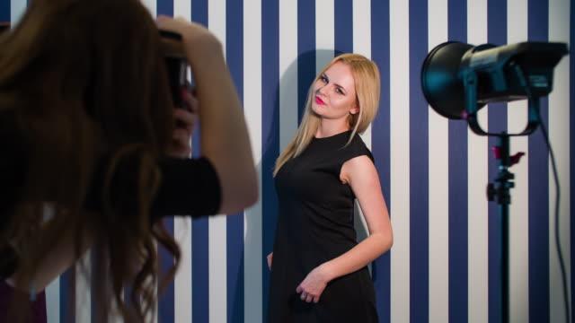Fotograf, weibliches Model im Studio zu fotografieren