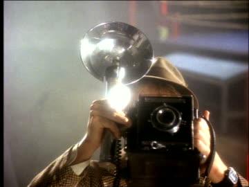 stockvideo's en b-roll-footage met photographer using antique camera + flash - fotografische thema's