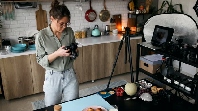 vídeos de stock, filmes e b-roll de mulher fotógrafa tirando uma foto de comida de café da manhã - fotógrafo
