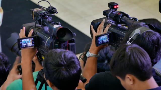 fotografen und digitalen kameras auf stative - kamera blitzlicht stock-videos und b-roll-filmmaterial