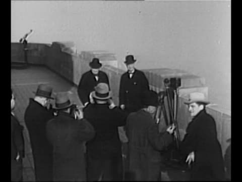 photographers and journalists face former new york governor al smith and british politician winston churchill as they stand on top of the empire... - empire state building stock-videos und b-roll-filmmaterial