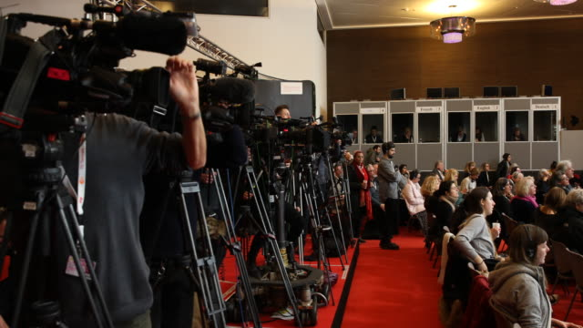 vidéos et rushes de photographers at work while the translation booths can be seen in the background during the press conference with the cast of the film there is no... - processus biologique