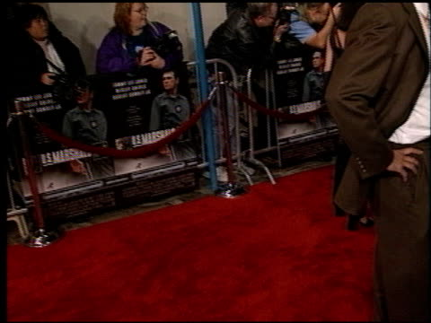 vidéos et rushes de photographers on th line at the 'us marshals' premiere at fox westwood village in los angeles california on march 4 1998 - westwood village