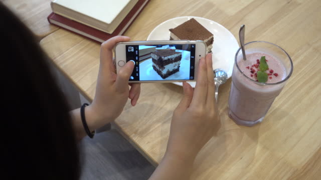 Photographing cake