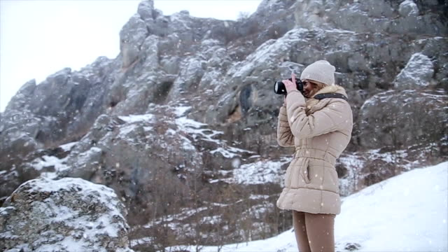 photographing for memories from winter vacation - canocchiale video stock e b–roll