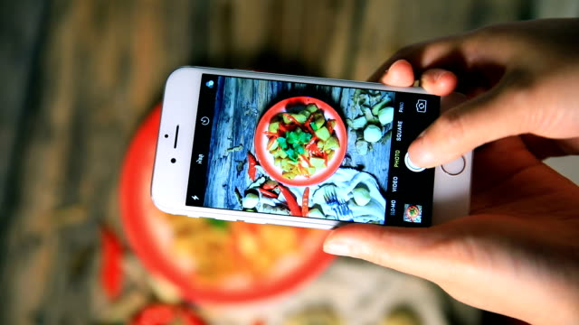 bratkartoffeln mit einem smartphone fotografieren - herde stock-videos und b-roll-filmmaterial