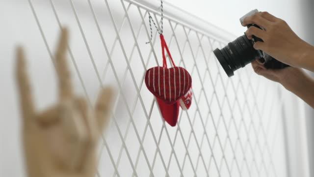 vidéos et rushes de photographier de bricolage du cœur de laine pour présenter la signalisation de l'amour; concept de la saint-valentin - équipement photographique