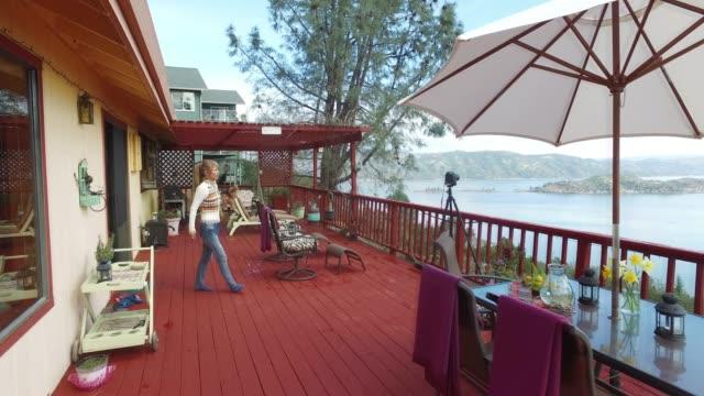 vidéos et rushes de photographie panoramique paysage lac de grande terrasse luxueux. - patio