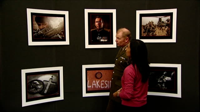 stockvideo's en b-roll-footage met photographs of army life released by ministry of defence england london imperial war museum int sergeant mark nesbit and reporter chatting - imperial war museum museum