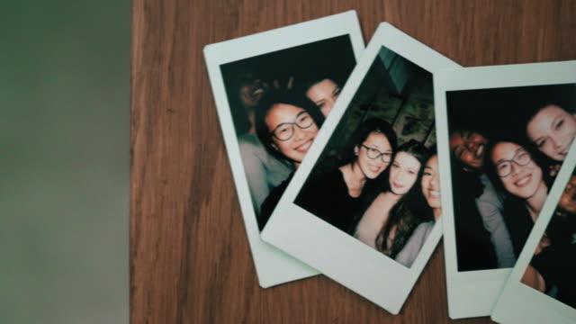 photographs of friends - tischflächen aufnahme stock-videos und b-roll-filmmaterial