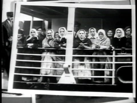 stockvideo's en b-roll-footage met photographs of immigrants at ship's railings mot 1906 immigrants walking on ship arriving at ellis island mother sitting w/ other children smiling... - immigrant