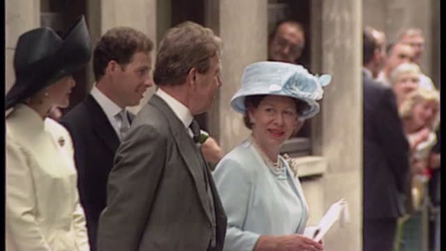 stockvideo's en b-roll-footage met lord snowdon dies r14079410 / 1471994 london princess margaret and lord snowdon outside church after the wedding of their daughter to daniel chatto - prinses margaret windsor gravin van snowdon