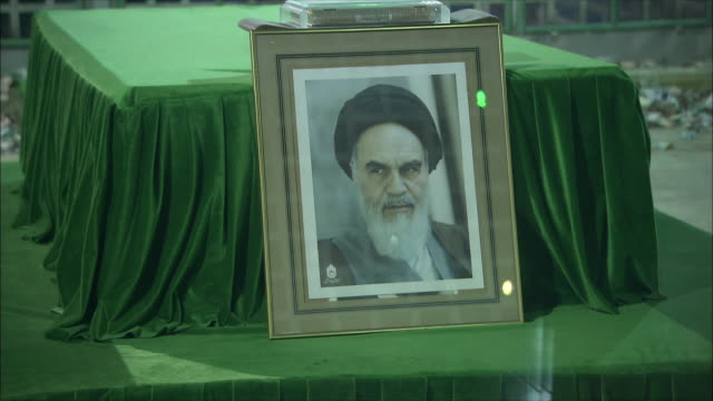cu photography of ahmad khomeini on sarcophagus at mausoleum of ayatollah khomeini, tehran, iran - teheran stock-videos und b-roll-filmmaterial