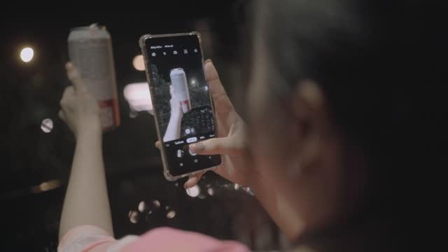 fotos im smartphone. - fotohandy stock-videos und b-roll-filmmaterial