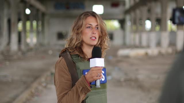 vídeos y material grabado en eventos de stock de fotos dos jóvenes periodistas informando desde la zona de guerra - war