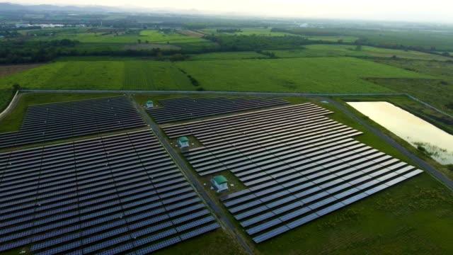 vídeos y material grabado en eventos de stock de paneles fotovoltaicos en la estación de energía solar - central eléctrica