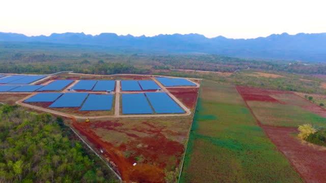 vídeos de stock, filmes e b-roll de painéis fotovoltaicos na estação de energia solar - equipamento elétrico equipamento industrial