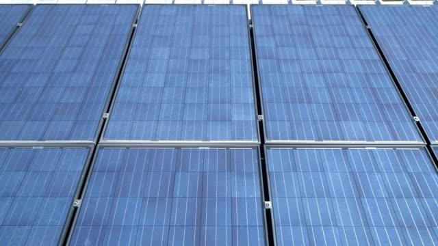 Fotovoltaiska solceller på taket producerar ren förnybar energi en solig dag som glider över solpaneler