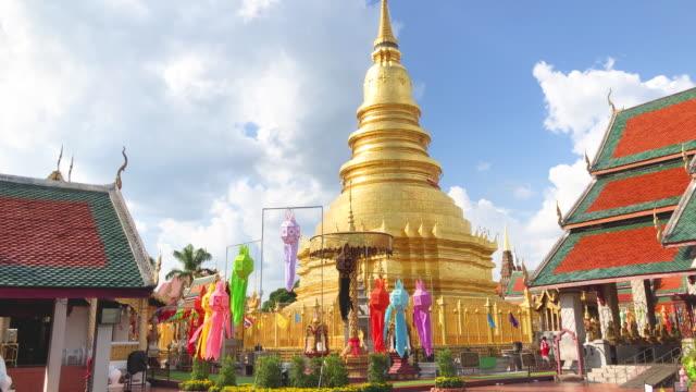 vidéos et rushes de phra that hariphunchai temple, lamphun, thailand - fidèle religieux