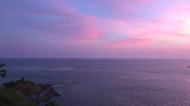 phromthep cape aussichtspunkt mit schönen sonnenuntergang himmel - tropischer baum stock-videos und b-roll-filmmaterial