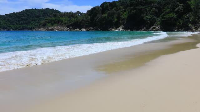 phuket strand havet, utsikt över stranden havet på sol ljus på sommaren. på freedom beach, phuket, thailand. - andamansjön bildbanksvideor och videomaterial från bakom kulisserna