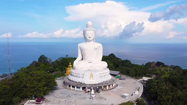 vidéos et rushes de le big buddha de phuket est l'un des monuments les plus importants et les plus vénérés de l'île. - lieu de culte