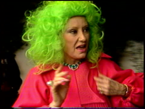 vídeos de stock, filmes e b-roll de phyllis diller at the st patrick's day at jimmy's at jimmy's restaurant in beverly hills california on march 15 1987 - cabelo verde