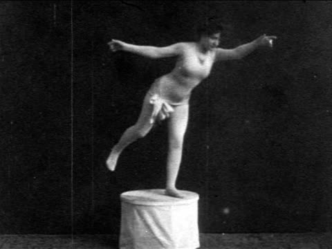 vídeos de stock e filmes b-roll de b/w 1903 physical culture show winner (miss marshall) in leotard striking poses on pedestal / news. - 1903