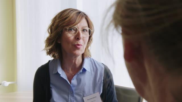 vídeos de stock, filmes e b-roll de terapeuta físico que discute com mulher sênior - fisioterapeuta
