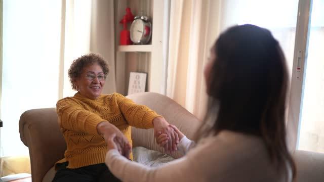 vídeos de stock, filmes e b-roll de fisioterapeuta ajudando idosa fazendo exercício em casa - braço humano
