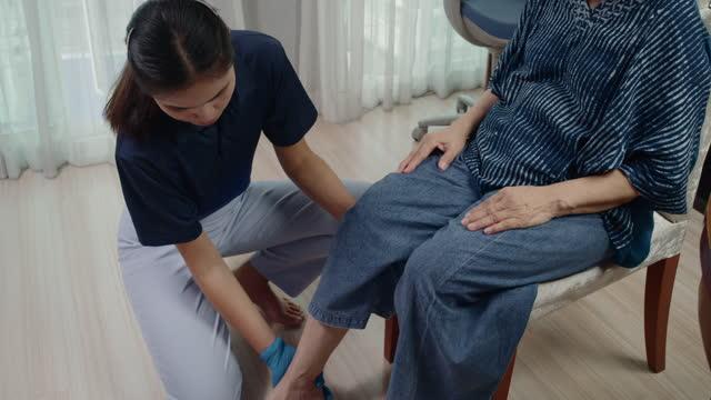 fisioterapista stretching per anziani a casa - personale sanitario video stock e b–roll