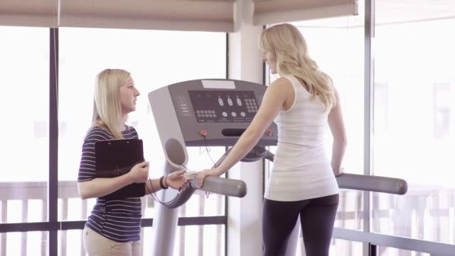 physiotherapeuten arbeiten mit jungen erwachsenen frau - laufband stock-videos und b-roll-filmmaterial
