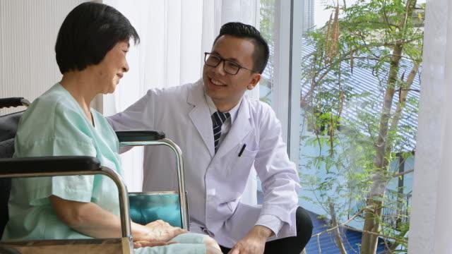 vídeos de stock, filmes e b-roll de fisioterapeutas fazem recomendações ao paciente. - physical injury