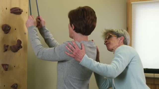 vidéos et rushes de ms physical therapists working with patient / manchester, vermont, usa - kinésithérapie
