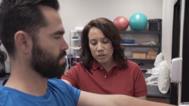 vídeos de stock, filmes e b-roll de physical therapy exercise 11 - fisioterapeuta