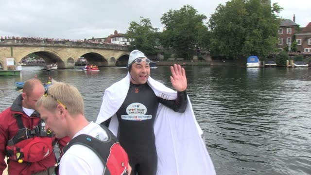 a physically and emotionally tired david walliams arrives for his lunchtime stopover at henley on thames halfway through his epic eight day swim... - avvistamenti vip video stock e b–roll