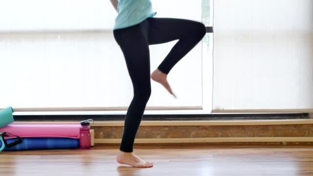 vídeos de stock, filmes e b-roll de mulher fisicamente apto corre no lugar enquanto trabalham fora da academia - calça comprida