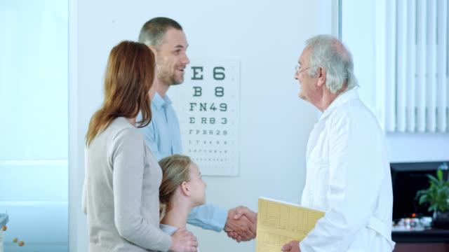 医師挨拶の女性の中には、チェックイン時に、ご両親様 - 両親点の映像素材/bロール